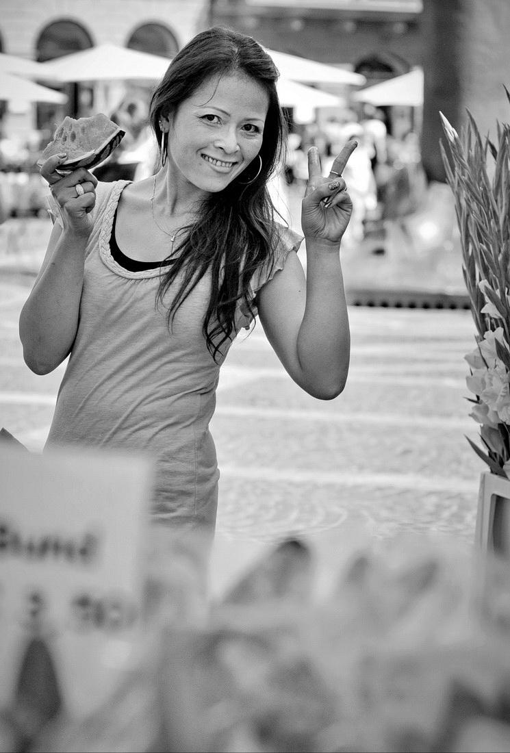 14-2012-8-3-Mainz-Blumenverkäuferin-1-sw_Bildgröße-ändern