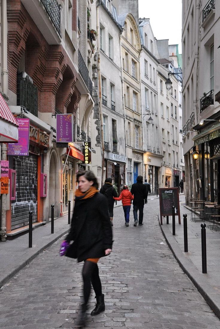 17-2013-4-8-Paris-65-Gasse-mit-schiefen-Häusern_Bildgröße-ändern