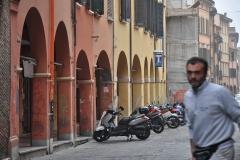 16-2016-4-7-Bologna-Häuserreihe-mit-Mann-1_Bildgröße-ändern